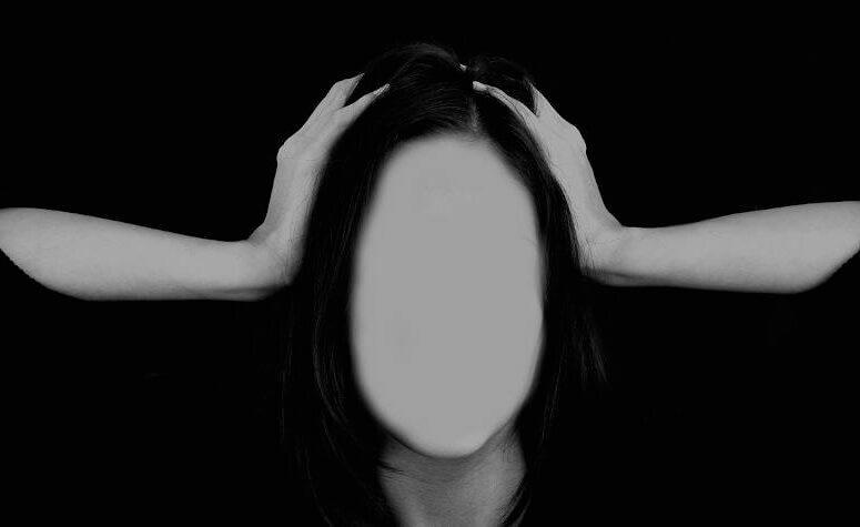 Donna senza volto stressata